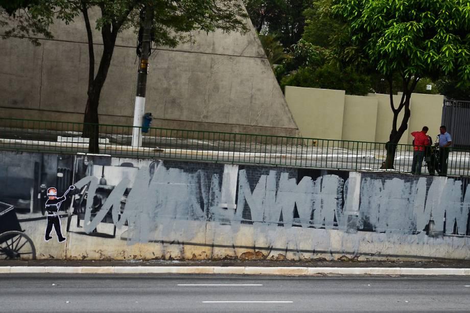 Intervenção na obra do grafiteiro Eduardo Kobra na Avenida 23 de Maio