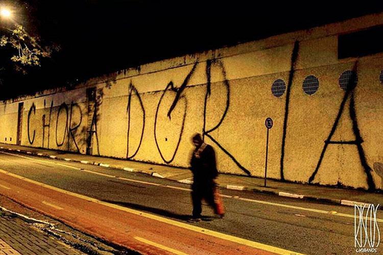 Um dos muros da Avenida 23 de Maio foi pichado diversas vezes com o nome do prefeito de São Paulo, João Doria, nesta quarta-feira (25)