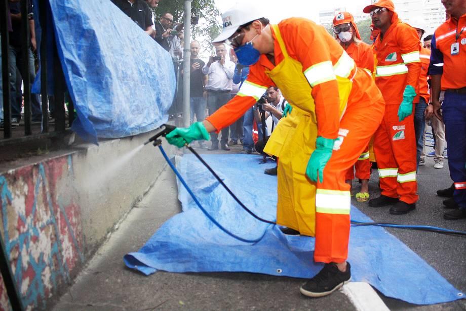 Prefeito de São Paulo, João Doria (PSDB) participa de pintura de equipamento público em ação da Operação Cidade Linda na Avenida 23 de Maio, no bairro do Paraiso, zona sul de São Paulo - 14/01/2017