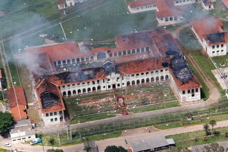 Imagem aérea da Penitenciária de Bauru em chamas após 62 detentos fugirem durante rebelião