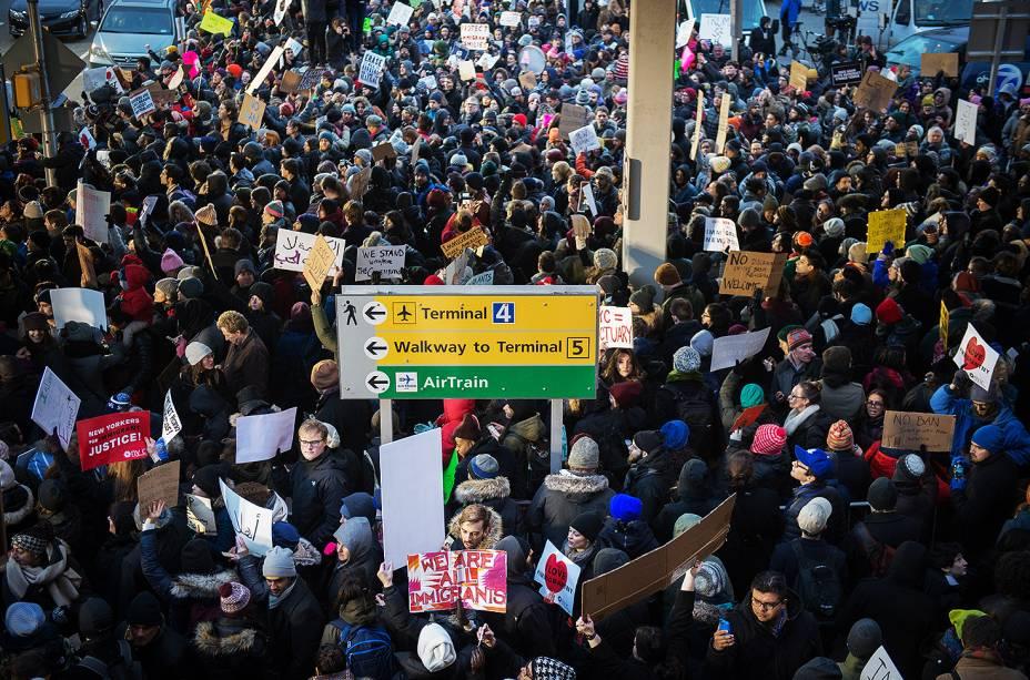 Manifestantes protestam no Terminal 4 do Aeroporto Internacional John F. Kennedy, contra o decreto do presidente Donald Trump para barrar a entrada de cidadãos de sete países muçulmanos nos Estados Unidos  - 28/01/2017