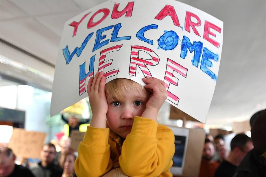 Criança segura um cartaz no Aeroporto Internacional de São Francisco, contra o decreto do presidente Donald Trump para barrar a entrada de cidadãos de sete países muçulmanos nos Estados Unidos  - 29/01/2017