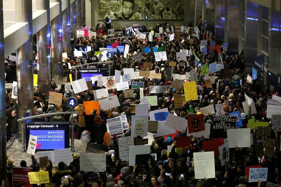 A ordem do presidente Donald Trump que proibiu a entrada nos EUA de cidadãos de sete países de maioria muçulmana gerou caos e protestos em todo o país - 29/01/2017