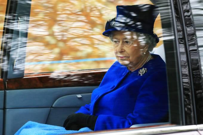 A rainha Elizabeth II chega à igreja St. Mary Magdalene para um culto, em Sandringham, na Inglaterra