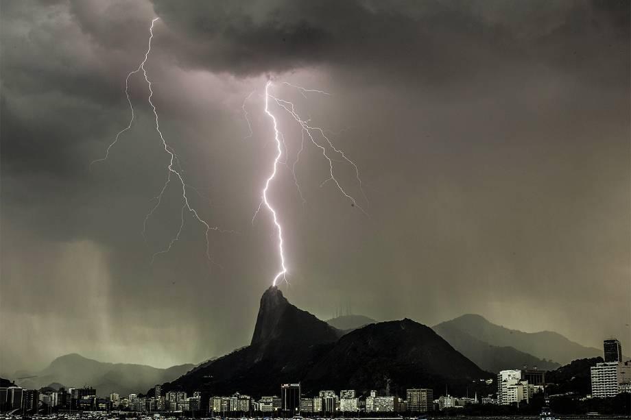 Vista do morro do Corcovado com o Cristo Redentor. Tempestade e raios no final de tarde desta quarta-feira (25) na cidade do Rio de Janeiro (RJ)