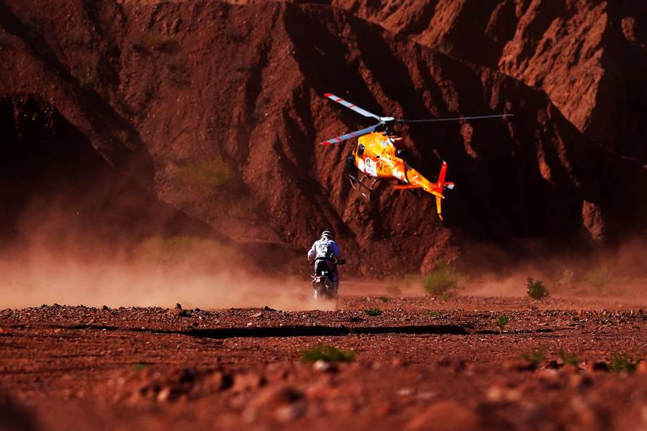 O piloto português Joaquim Rodrigues dirige motocicleta, durante o terceiro dia do Rali Dakar 2017, entre as cidades de San Miguel de Tucuman e San Salvador de Jujuy, na Argentina - 04/01/2017