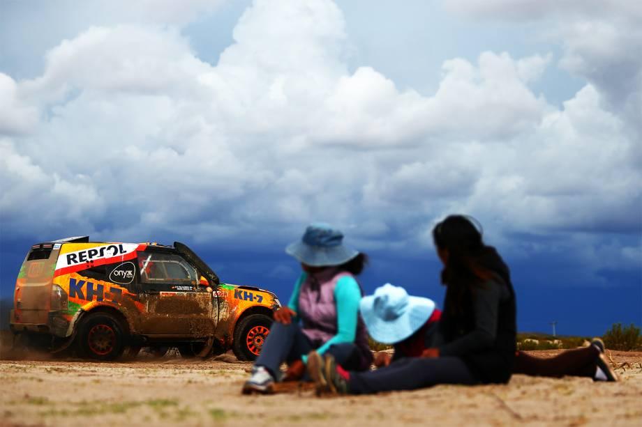 Público observa passagem do piloto espanhol Isidre Esteve, durante o sétimo dia do Rali Dakar 2017, entre as cidades bolivianas de La Paz e Uyuni - 09/01/2017
