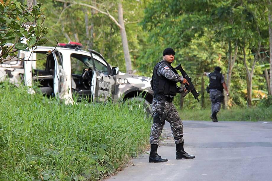 Policiais patrulham área em volta do Complexo Penitenciário Anísio Jobim (Compaj), em Manaus, após rebelião que deixou dezenas de mortos e feridos, no Amazonas - 02/01/2017