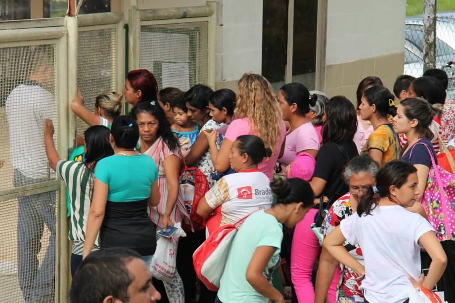 Famílias de presidiários do Complexo Anísio Jobim aguardam do lado de fora por informações sobre presos que participam de rebelião, em Manaus - 02/01/2017