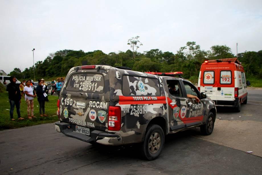 Ambulâncias com feridos são escoltadas pela polícia na saída do Complexo Penitenciário Anísio Jobim, em Manaus, após rebelião que deixou dezenas demortos e feridos