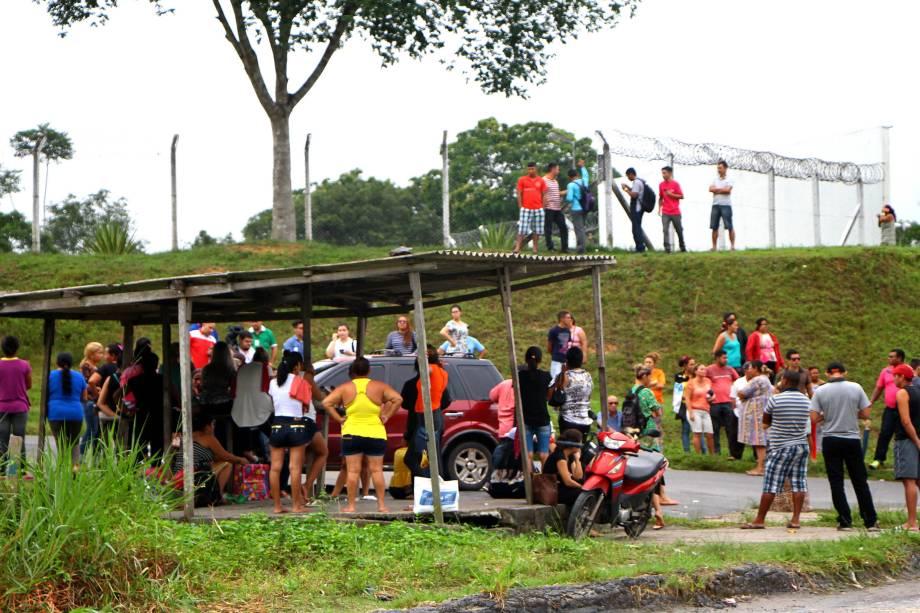 Parentes aguardam informações na entrada do Complexo Penitenciário Anísio Jobim, em Manaus, Amazonas - 02/01/2017