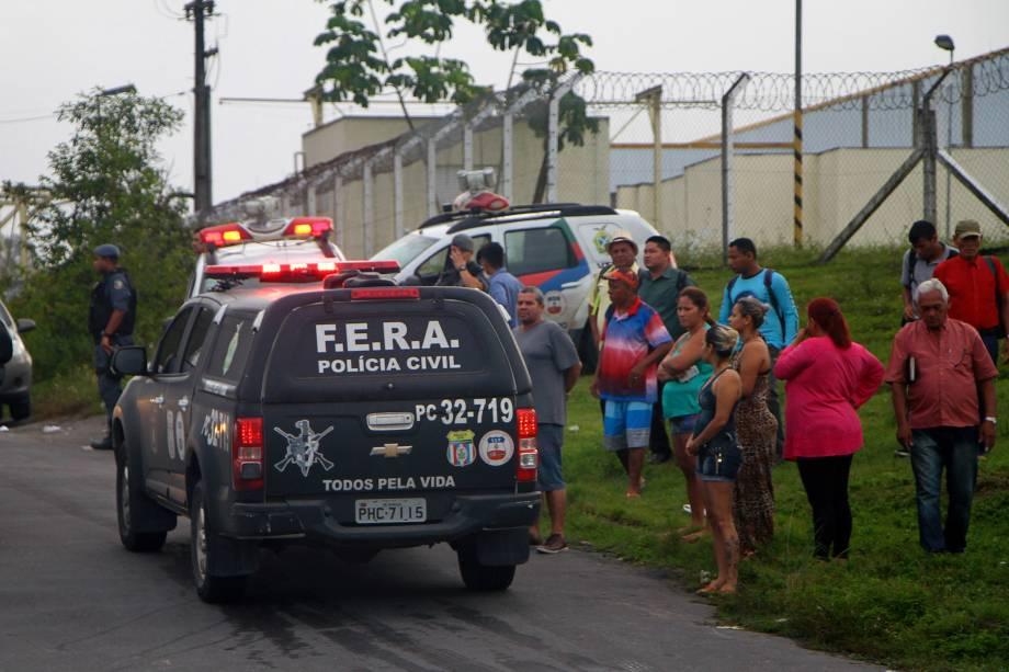 Ambulâncias com feridos são escoltadas pela polícia na saída do Complexo Penitenciário Anísio Jobim, em Manaus, após rebelião que deixou dezenas demortos e feridos - 02/01/2017