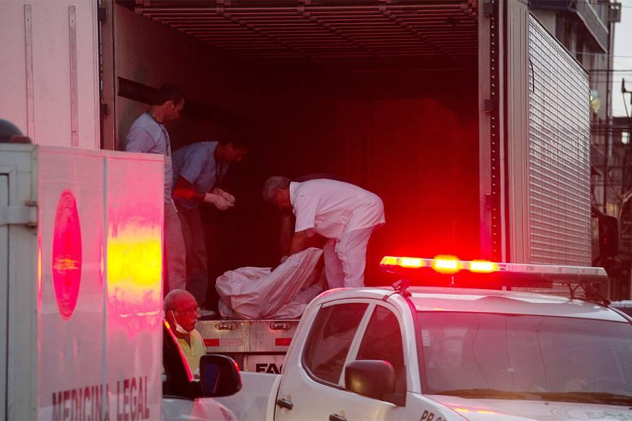 Corpos são retirados neste domingo (15) da Penitenciária Federal de Alcaçuz, na região metropolitana de Natal (RN). A rebelião durou cerca de 14h e teve pelo menos 27 mortos.