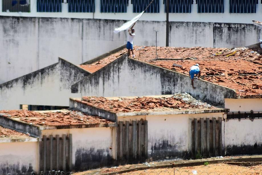 Policiais militares entraram na Penitenciária Estadual de Alcaçuz, na Grande Natal (RN), na manhã deste domingo (15),com veículo blindado, vans e carros e terminaram com rebelião que já durava mais de 14 horas.