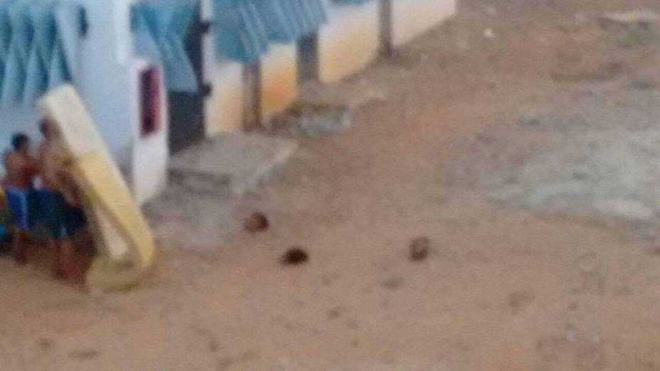 Foto de presos utilizando colchões para atear fogo e cabeças decapitadas espalhadas pelo pátio de alcaçuz