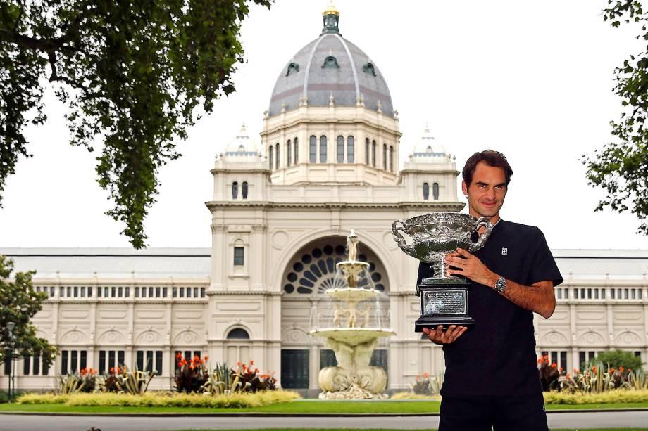 Roger Federer com o<span> troféu do Aberto da Austrália em mãos</span>na cerimônia oficial em Melbourne - 30/01/2017