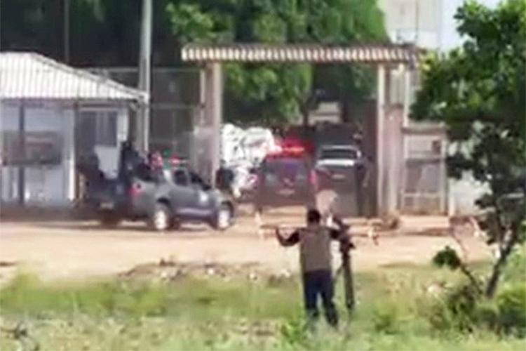 Movimentação de policiais na entrada da Penitenciária Agrícola de Monte Cristo, em Boa Vista (RR), após briga entre facções deixar 33 mortos no local - 06/01/2017