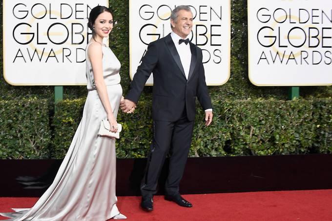 O ator Mel Gibson e a escritora Rosalind Ross chegam para o Globo de Ouro 2017, em Los Angeles