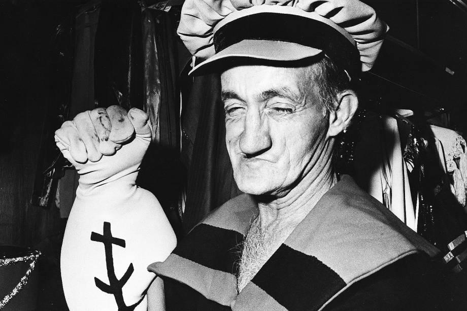 Russo, assistente de palco do programa do Chacrinha, fantasiado de Popeye.