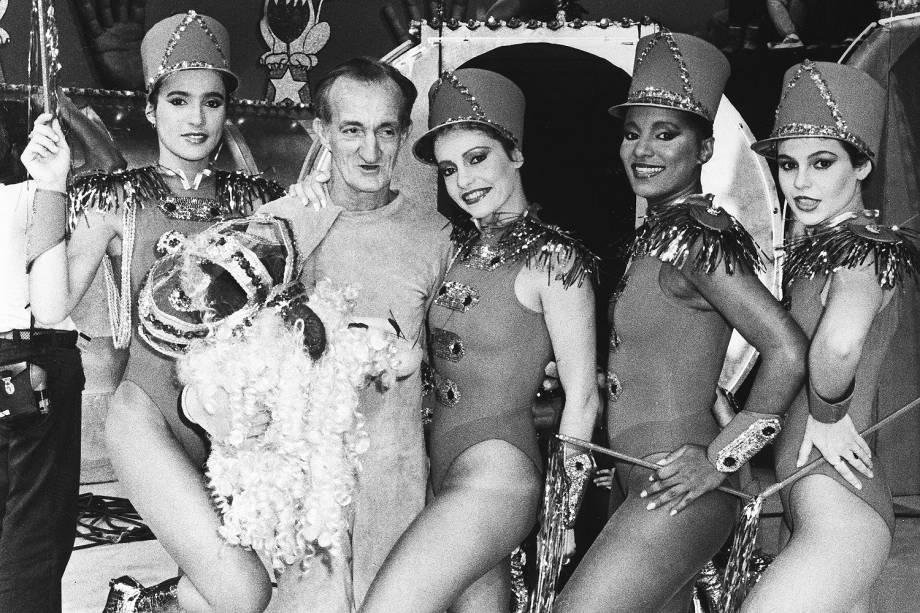 """Russo, fantasiado de leão, com as chacretes, no programa """"Programa do Chacrinha"""", na Rede Globo."""