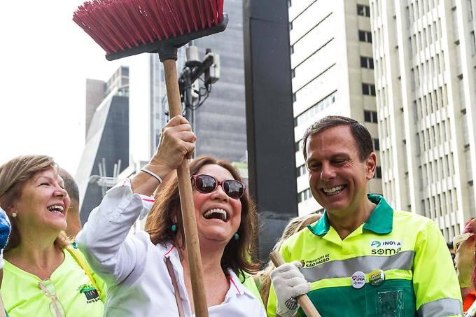 O prefeito João Doria, vestido de gari, varre a Avenida Paulista acompanhado da atriz Regina Duarte, em São Paulo