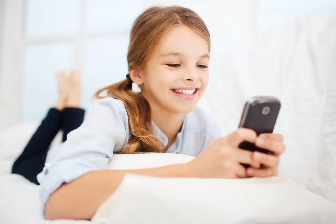 Criança com smartphone