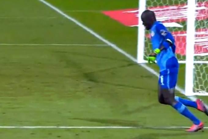 Goleiro senegalês Khadim N'Diaye e sua simulação bizarra