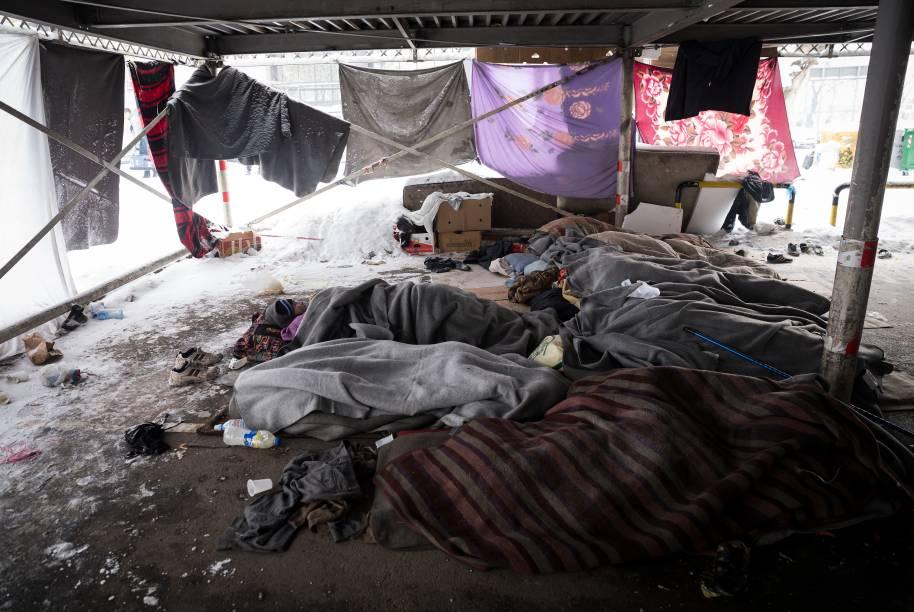 Imigrantes dormem em uma garagem em Belgrado. Estima-se que cerca de 1.000 refugiados estão em condições extremas sob temperaturas de menos 20 graus celsius