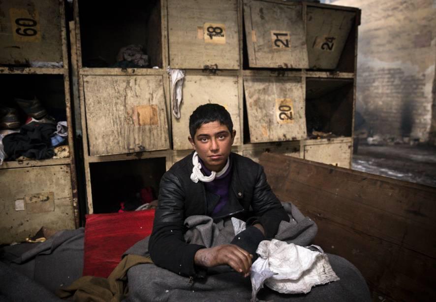 Imigrante mostra mão ferida para fotógrafo, enquanto se abriga da neve dentro de um armazém, em Belgrado, Sérvia