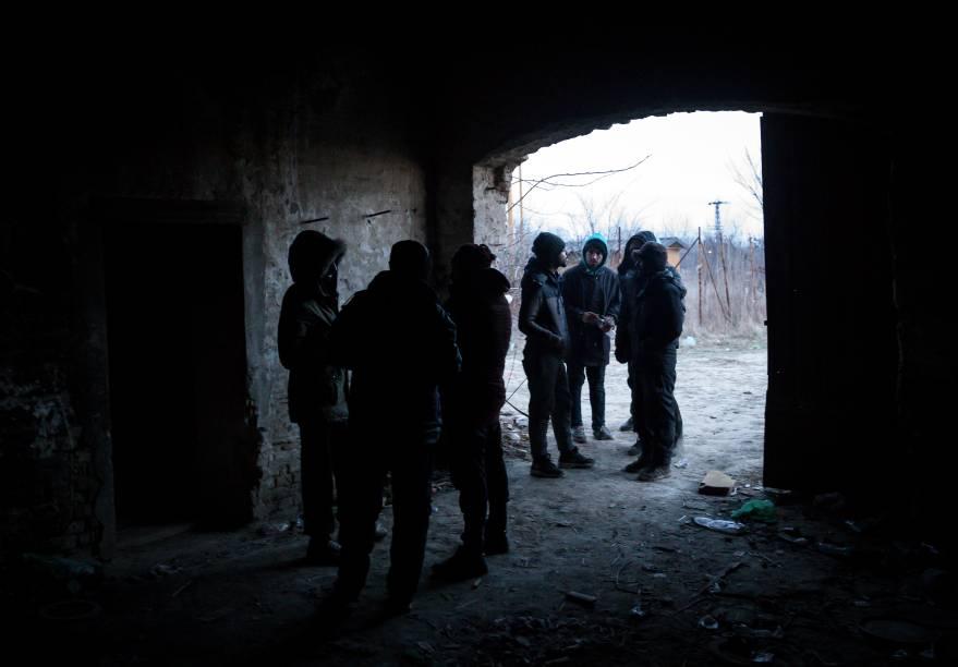 Imigrantes se abrigam da nevasca embaixo de um armazém, em Belgrado, Sérvia