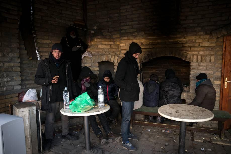 <span>Imigrantes se reúnem em um abrigo temporário durante nevasca em Belgrado, Sérvia</span>