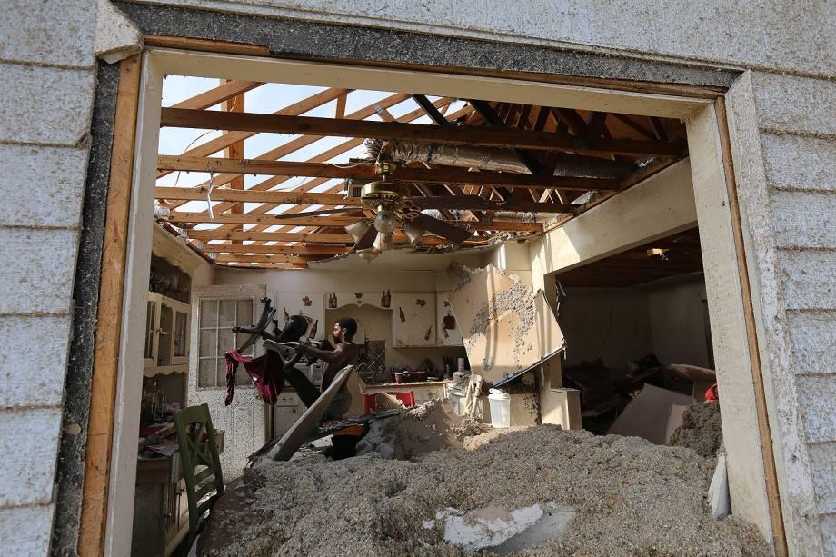 Telhados foram destruídos durante um tornado em Hattiesburg, no Mississippi