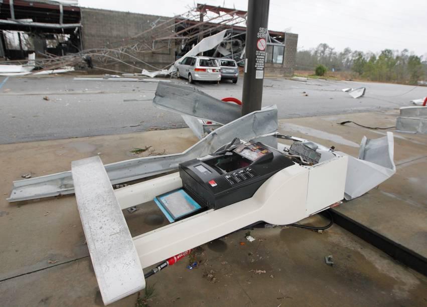 Destruição causada por um tornado no domingo (22) em uma área residencial de Albany, no estado americano Albany, Georgia, nos Estados Unidos