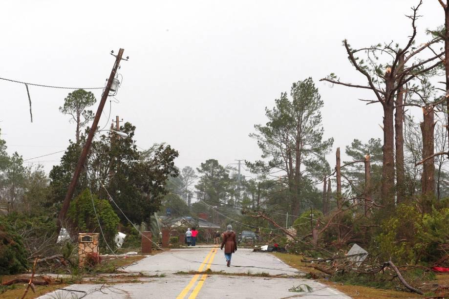 Moradores trabalham para limpar área de casa destruída  por um tornado no domingo (22) em uma área residencial de Albany, no estado americano Albany, Georgia, nos Estados Unidos - 23/01/2017