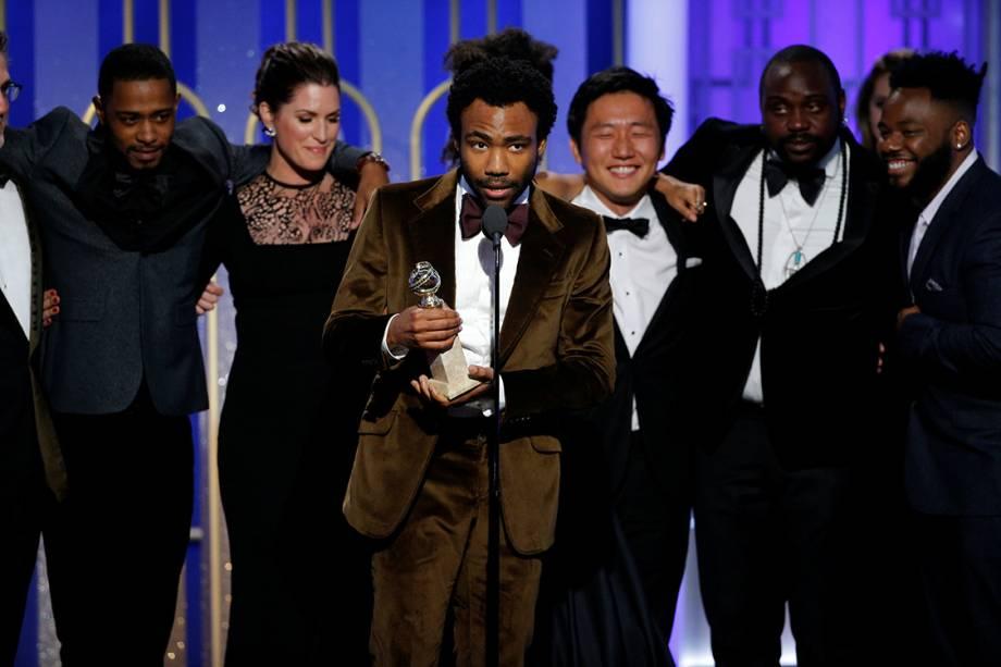 O ator Donald Glover segura o Globo de Ouro de melhor série de comédia por Atlanta
