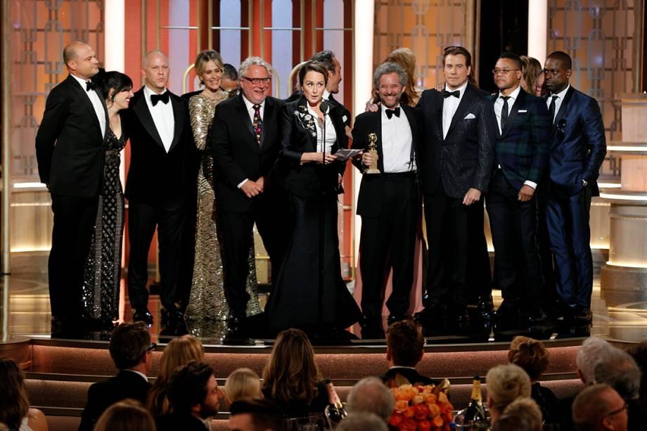 A produtora executiva Nina Jacobson recebe o Globo de Ouro de melhor minissérie ou filme para a TV por 'The People vs. O.J. Simpson'