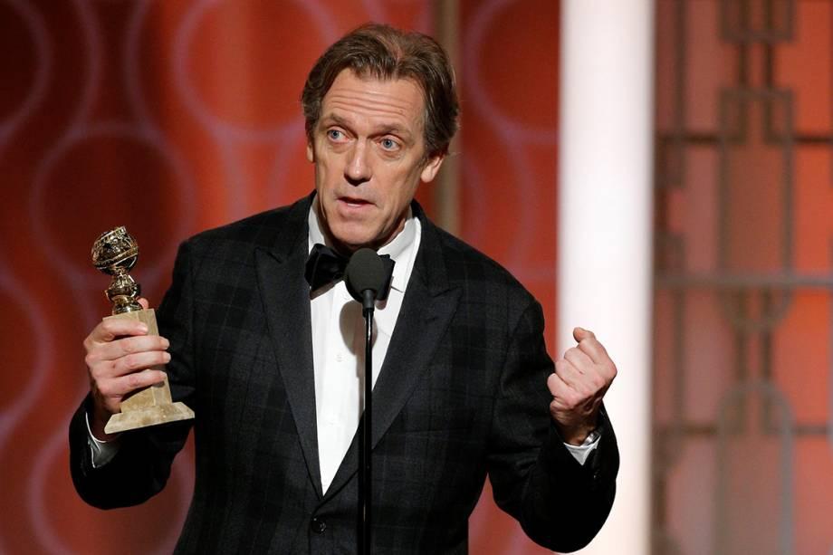 O ator Hugh Laurie recebe o Globo de Ouro de melhor coadjuvante em série de TV por seu vilão em 'The Night Manager'