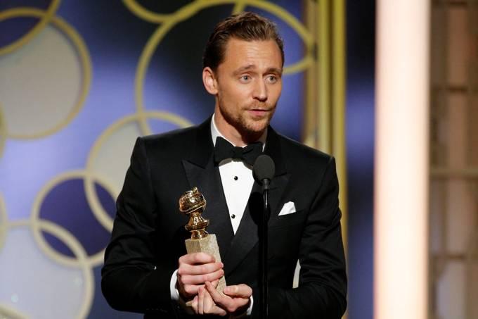 Tom Hiddleston recebe o Globo de Ouro de melhor ator em minissérie ou filme para a TV por 'The Night Manager'