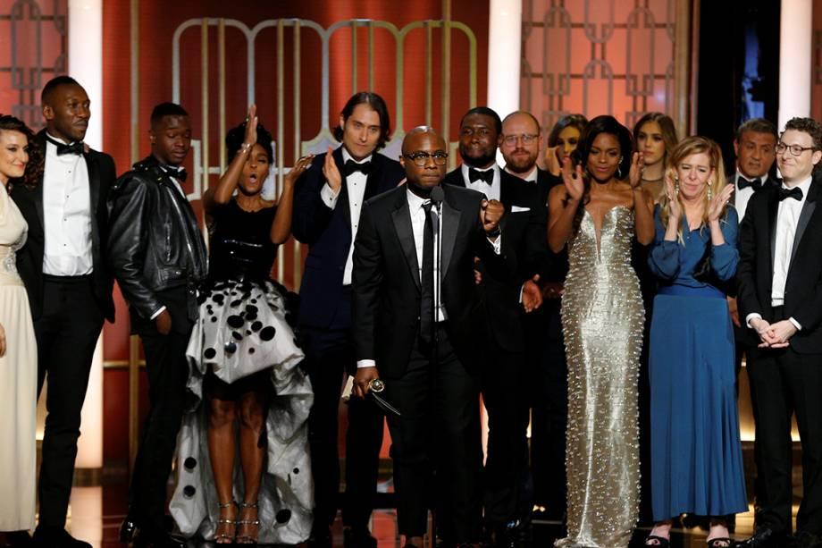 Elenco do filme 'Moonlight: Sob a Luz do Luar' sobe ao palco para receber o Globo de Ouro de melhor filme