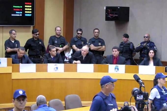 Vereadores de Foz de Iguaçu tomam posse escoltados por policiais