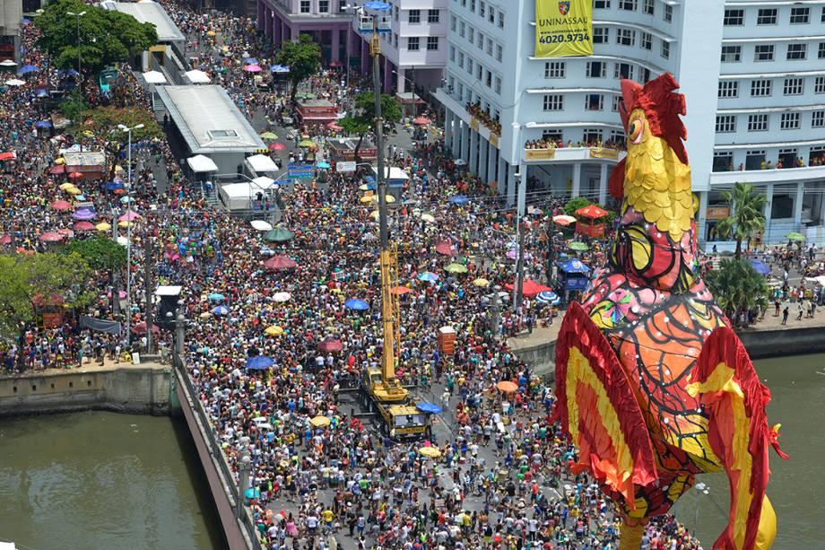 Foliões curtem um dos maiores blocos de carnaval do Brasil, o Galo da Madrugada, em Recife