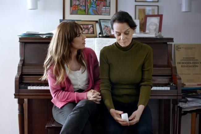 Maria Ribeiro e Clarisse Abujamra em cena de 'Como Nossos Pais'