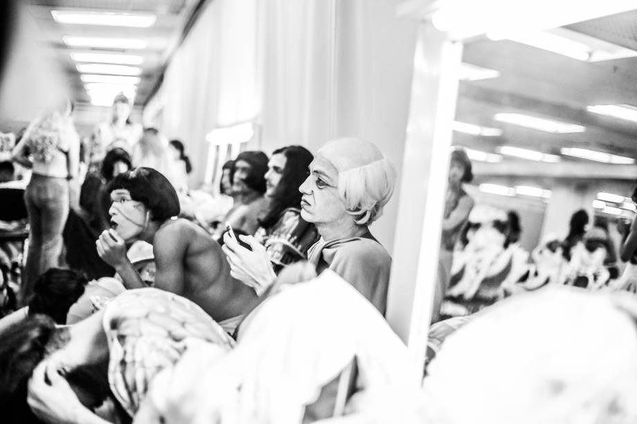Integrantes de escola de samba se preparam para desfilar no segundo dia de carnaval em São Paulo