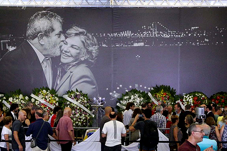 Em 3 de fevereiro de 2017, morre a ex-primeira-dama Marisa Letícia, aos 66 anos, no Hospital Sírio- Libanês, em São Paulo, em decorrência das complicações provocadas por um acidente vascular cerebral (AVC). Marisa ficou internada por onze dias. Um aneurisma (má-formação de um vaso sanguíneo) no cérebro, diagnosticado dez anos antes, se rompeu em decorrência do quadro hipertensivo e provocou um AVC hemorrágico. A ex-primeira dama foi velada no Sindicato dos Metalúrgicos do ABC, em São Bernardo do Campo. O auditório do local foi aberto ao público, após um tempo reservado ao adeus da família.