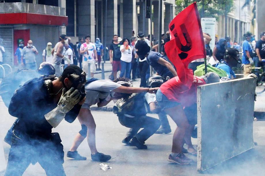 Policiais militares e servidores públicos estaduais entraram em confronto em frente à Assembleia Legislativa do Rio de Janeiro (Alerj) - 09/02/2017