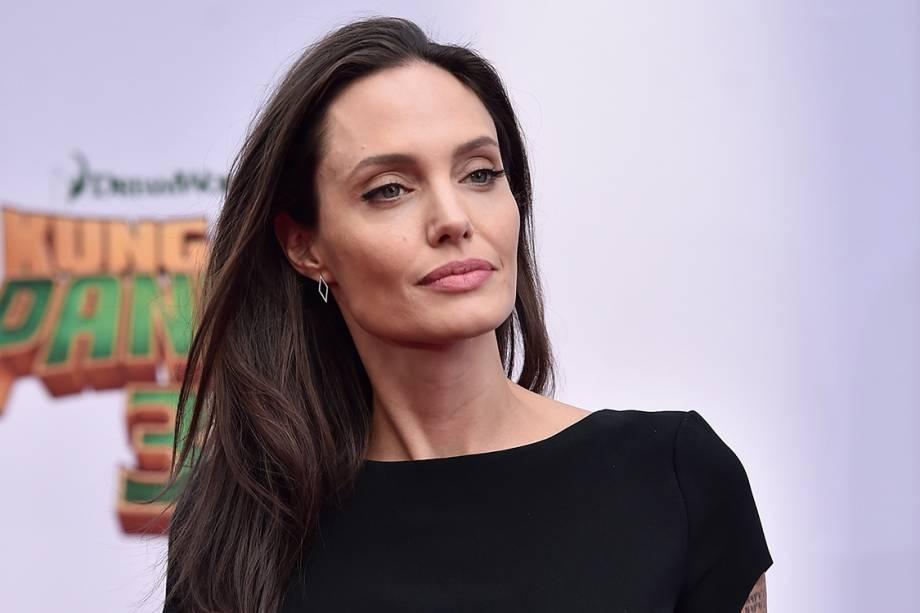 A atriz Angelina Jolietoma uma colher de sopa de óleo de coco orgânico extra virgem todos os dias. Segundo ela, em entrevista a uma revista americana, o hábito ajuda a controlar o colesterol, melhora a imunidade e traz saciedade.