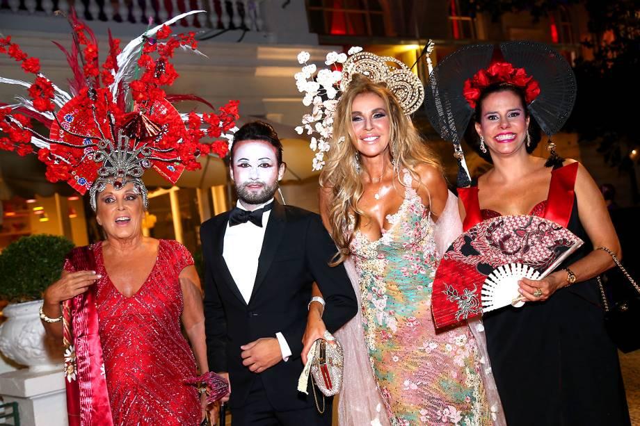 Tiago Gyster, Nina Stevens e Narcisa Tamborindeguy no baile de carnaval do Hotel Copacabana Palace, no Rio de Janeiro