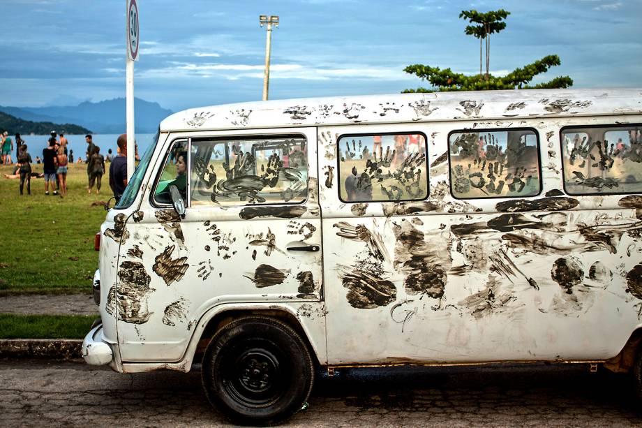 Um carro é sujo com lama pelos foliões do Bloco da Lama em Paraty, Rio de Janeiro - 25/02/2017