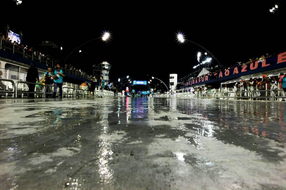 Após o término do desfile da Vai-Vai, integrantes da escola de samba Nenê de Vila Matilde reclamaram por conta da pista do Sambódromo do Anhembi estar molhada. Uma força-tarefa de limpeza foi acionada no local - 26/02/2017
