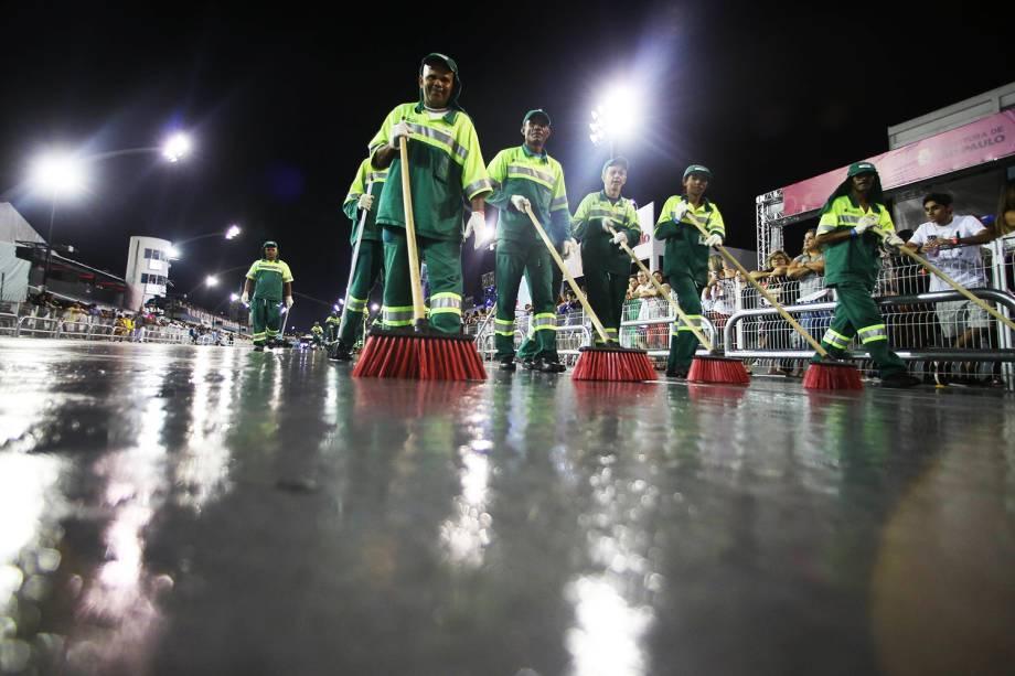 Serviço de limpeza da Prefeitura foi acionado após carro alegórico da escola de samba Vai-Vai derramar líquido na pista do Sambódromo do Anhembi - 26/02/2017